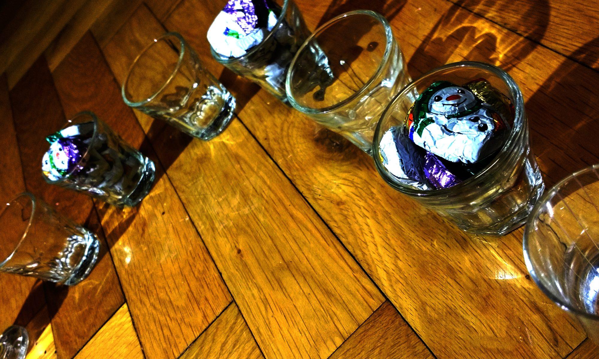Acht Gläser